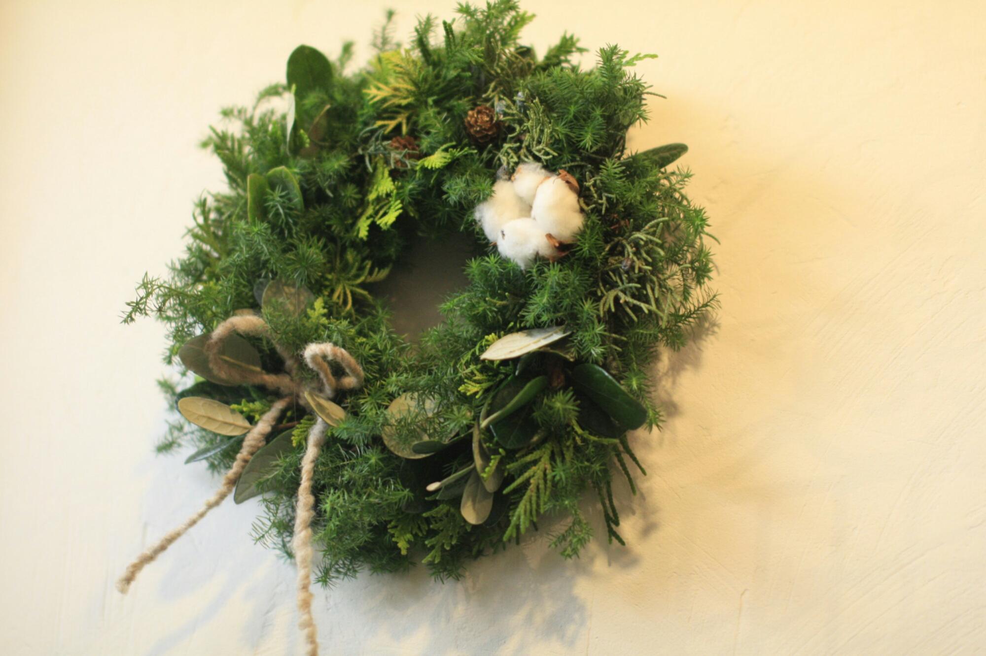贈り物に ご自宅用に お手頃価格の生花のクリスマスリースを;
